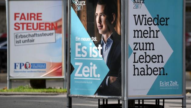 Wahlplakate von ÖVP und FPÖ bei der Nationalratswahl 2017 (Bild: APA/Roland Schlager)