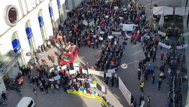 Auf dem Martin-Luther-Platz haben sich die Demonstranten versammelt. (Bild: Werner Pöchinger)