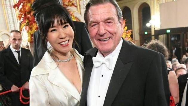 Der ehemalige deutsche Bundeskanzler Gerhard Schröder mit Ehefrau Soyeon Kim beim Opernball (Bild: APA/HELMUT FOHRINGER)