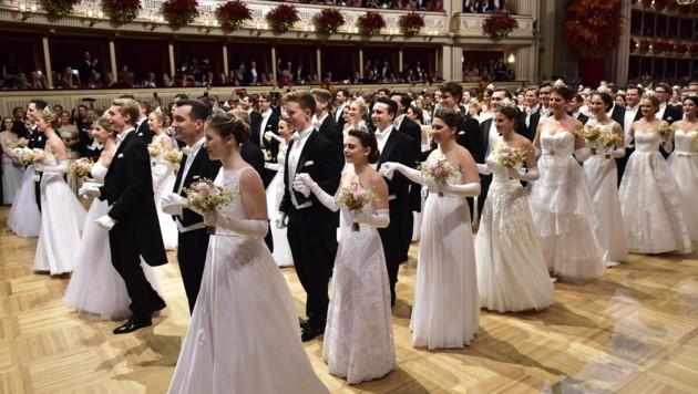 Das Jungdamen- und Jungherrenkomitee bei der Eröffnung des Wiener Opernballs 2019 (Bild: APA/HANS PUNZ)