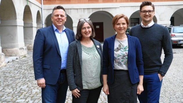 Gesamte Rathaus-Opposition zieht in Sachen Plabutsch-Seilbahn an einem Strang (v. li.): Michael Ehmann (SPÖ), Elke Kahr (KPÖ), Judith Schwentner (Grüne), Niko Swatek (Neos). (Bild: Grüne Graz)