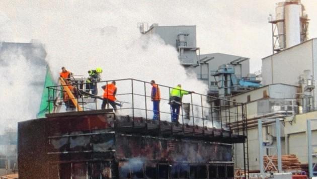 Es gab schon wieder ein Feuer im Kaindl-Werk. Verletzt wurde niemand. (Bild: Tschepp Markus)