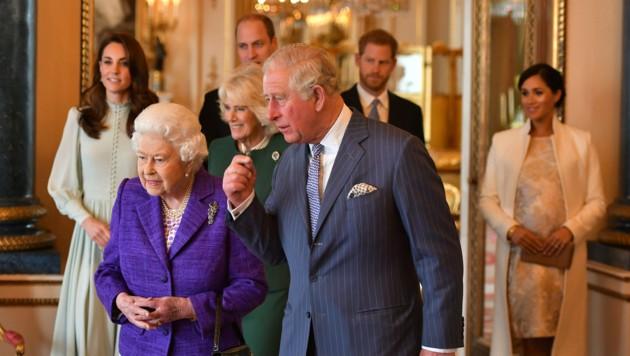 Königin Elizabeth, Prinz Charles, Herzogin Camilla, Herzogin Kate, Prinz William, Prinz Harry und Herzogin Meghan (Bild: AP)