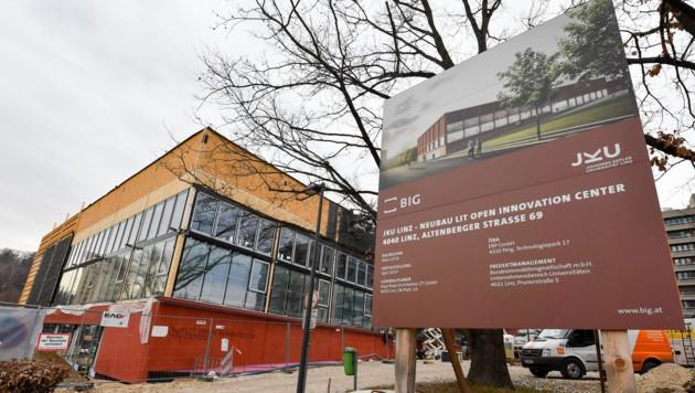 Am Gelände der JKU wird viel gebaut und in den Gebäuden viel geforscht. (Bild: Harald Dostal)