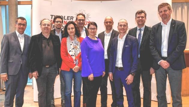 In den Vorstand des Vereins Tiroler Journalismusakademie rücken mit sofortiger Wirkung Claus Meinert (rechts), Christoph Walser (5. von li.) sowie Robert Unterweger (links) nach. (Bild: zeitungsfoto.at/Liebl Daniel)