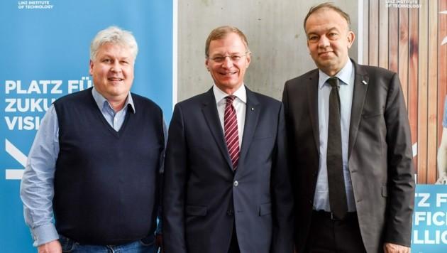 LH Stelzer (M.) mit Rektor Lukas (r.) und Prof. Hochreiter (Bild: Dostal Harald)