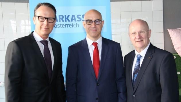 Joachim Haindl-Grutsch, Gabriel J. Felbermayr und Generaldirektor Michael Rockenschaub (v.l.). (Bild: Sparkasse OÖ)