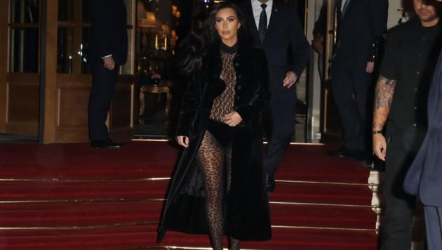 Kim Kardashian im Leo-Bodysuit in Paris (Bild: www.PPS.at)