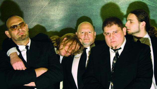 Tak Tak Wolff heute: Peppone Kerschbaum (links) und Mike Bernthaler (3. von links) mit Bandkollegen. (Bild: TTW)