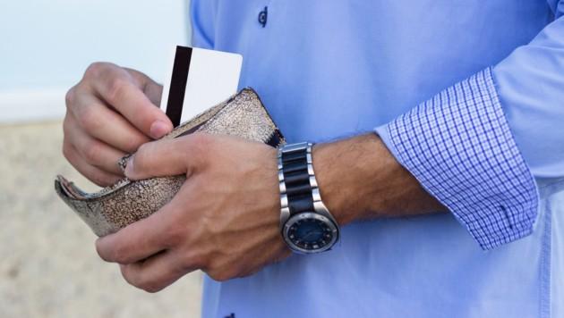 In einem unbemerkten Moment stahl der Mann die Brieftasche. (Symbolbild)