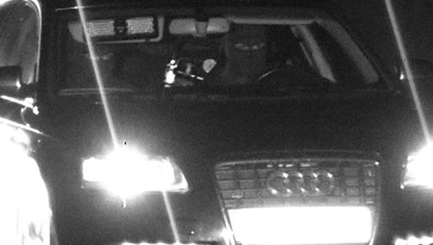 Der Fahrer und sein Beifahrer trugen Sturmhauben. Geblitzt wurden sie in Salzburg-Süd. (Bild: Polizei)