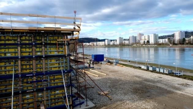 Der Bau der Betonpfeiler, Widerlager, Stützen ist momentan gut im Zeitplan. Nur beim Stahl gibt es Verzögerungen. (Bild: Horst Einöder)