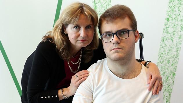 """Der 20-jährige Gerhard L. mit seiner Tante Anita Wieser, die sehr für ihren Neffen kämpft. """"Es geht ihm richtig schlecht."""" (Bild: Christian Jauschowetz)"""