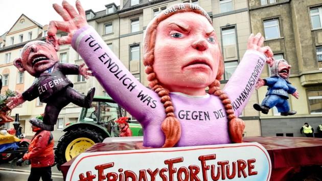 """Die schwedische """"Klimastreik""""-Ikone Greta Thunberg als Figur bei Umzügen. (Bild: EPA/KIRSTEN NEUMANN)"""