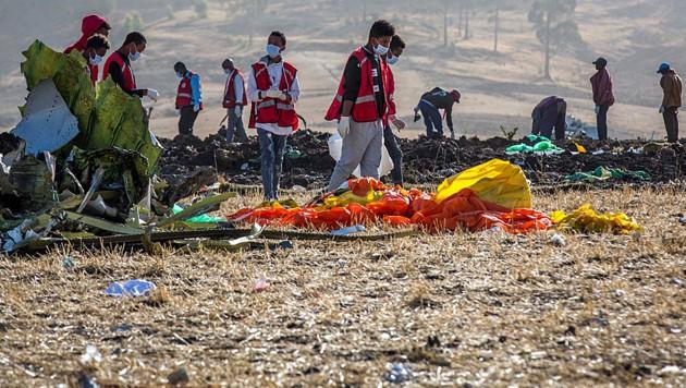 Hilfskräfte suchten an der Absturzstelle in Äthiopien nach Opfern. (Bild: AP)