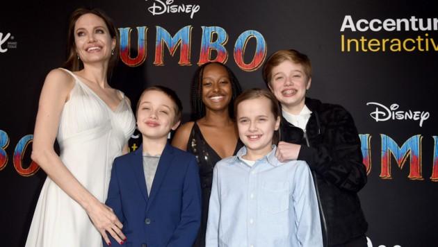 Angelina Jolie mit den Kindern Shiloh, Zahara, Vivienne und Knox