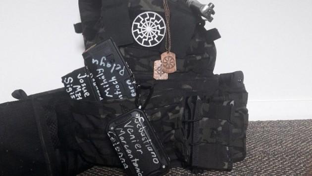 """Auf Tarrants Rucksack prangt das Nazi-Symbol """"Schwarze Sonne"""" - drei Hakenkreuze übereinander. (Bild: twitter.com)"""