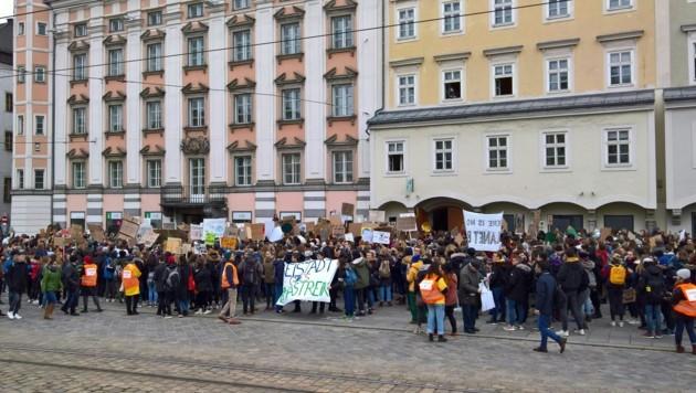 3000 kamen zur Schülerdemo in Linz (Bild: APA/HEINZ PETER ZIEGLER)