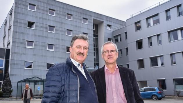 Verbandsobmann Rudolf Puecher (li.) und sein Stellvertreter Josef Dillersberger sehen keine großen Veränderungen auf das Krankenhaus Kufstein zukommen. (Bild: Berger Hubert)