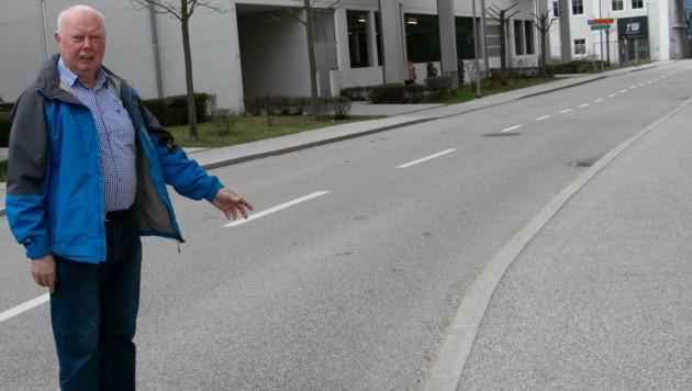 Retter Felix Baumgartner (75) an der Stelle, wo die Hunde über die Frau hergefallen sind (Bild: Josef Moser)