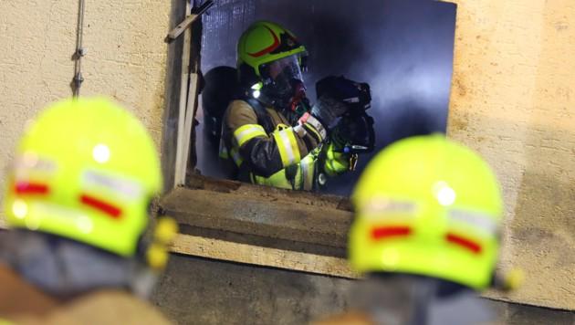 Mit der Wärmebildkamera spürten die Feuerwehrleute nach versteckten Glutnestern. (Bild: laumat.at/Matthias Lauber)