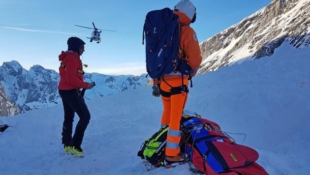 Der gerettete Braunauer wird per Helikopter geborgen. (Bild: Bayrisches Rotes Kreuz)