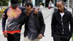 Abdifatah Ibrahim (Mitte) und sein Bruder Abdi (rechts) trauern mit einem Freund um ihren kleinen Bruder. Der dreijährige Mucaad war das jüngste Opfer des rechtsextremen Terroranschlags von Christchurch. (Bild: AP)
