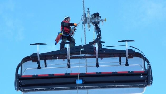 Der Bergretter fuhr am Seil zum Sessel und seilte die Fahrgäste ab. (Bild: Bergrettung Tirol)