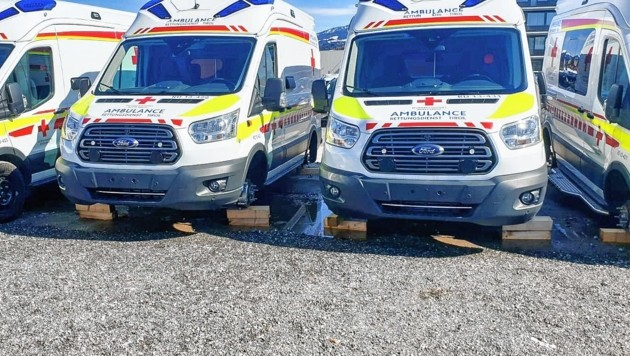 Die Rettungswagen ließen die Diebe aufgebockt zurück (Bild: zeitungsfoto.at/Liebl Daniel)