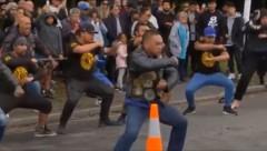 Im Gedenken an die Opfer des Massakers führten Mitglieder der Black-Power-Gang einen Haka auf. (Bild: twitter.com)