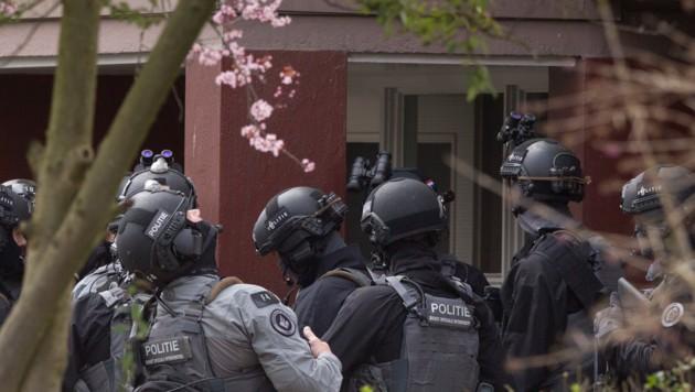 Mitglieder der Anti-Terror-Einheit bereiten sich auf die Stürmung eines Gebäudes vor. Zwei Personen wurden bereits verhaftet. (Bild: AP)