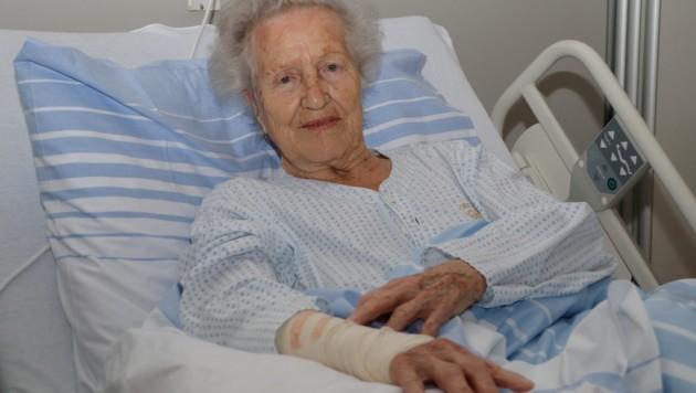 Mathlide A. (88) erholt sich im Spital von den Bissverletzungen (Bild: Josef Moser)