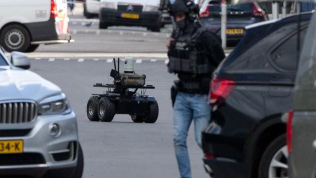 Ein Roboter half den Polizisten dabei, das Gebäude sicher zu stürmen. (Bild: AP)
