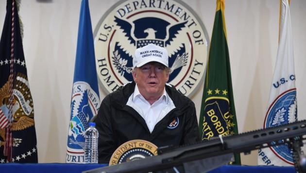 US-Präsident Donald Trump stellte seinem Heimatschutzministerium, der auch für den Mauerbau zuständig ist, einen Scheck in der Höhe von 100.000 Dollar aus. (Bild: APA/AFP/Jim WATSON)