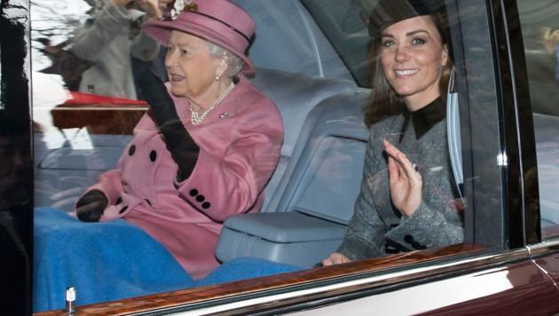 Die Queen und Herzogin Kate teilen sich eine Decke. (Bild: www.PPS.at)