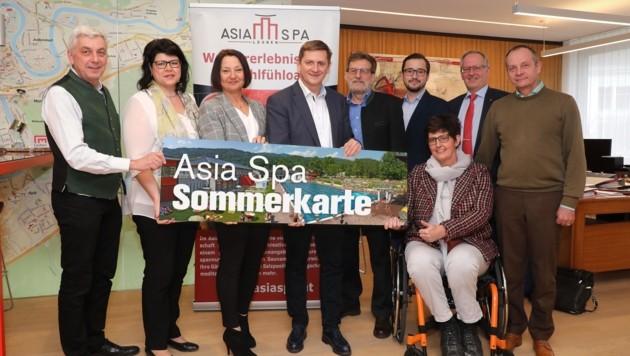 Bürgermeister Wallner (Mitte) mit den Gemeinderäten (v. li.) Strobl (ÖVP), Ahrer (SPÖ), Keshmiri (SPÖ), Angerer (SPÖ), Wernbacher (FPÖ), Jobstmann (Grüne), Pilsner (Team Pilsner) und Murgg (KPÖ). (Bild: Foto Freisinger)