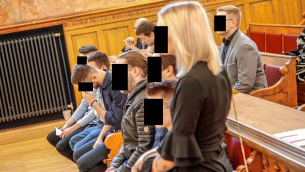 Acht Männer und eine Frau mussten auf der Anklagebank Platz nehmen. (Bild: Markus Tschepp)