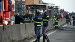 Der Bus ist vollständig ausgebrannt. Die Passagiere - 51 Schüler und zwei Erwachsene - konnten sich rechtzeitig vor den Flammen retten. (Bild: AP)
