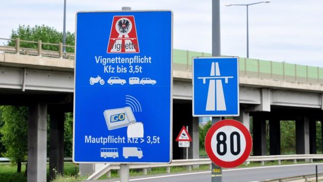 Für die Fahrt auf österreichischen Autobahnen benötigt man eine Vignette. (Bild: ©photo 5000 - stock.adobe.com)