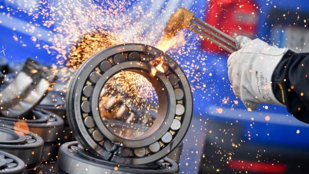 Im SKF-Werk in Steyr wurden die vom Zoll aufgegriffenen Plagiate nun mit einem Plasmaschneider zerstört. (Bild: Harald Dostal)