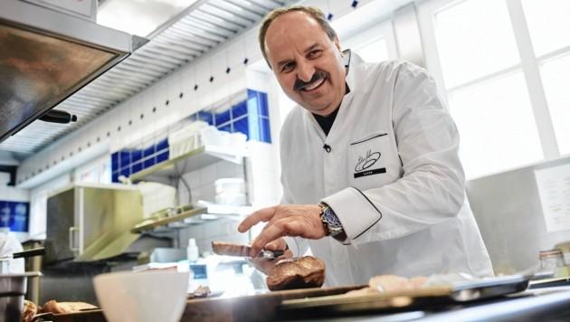 """Der steirische Starkoch präsentierte seine neue - """"ganz normale"""" - Küche. (Bild: Roger Richter)"""