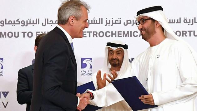 Die OMV und die Abu Dhabi National Oil Company (hier im Bild OMV-Chef Rainer Seele und ADNOC-Geschäftsführer Ahmed Al Jaber) wollen aus Plastikmüll Rohöl auf synthetischem Wege erzeugen. (Bild: APA/HELMUT FOHRINGER)