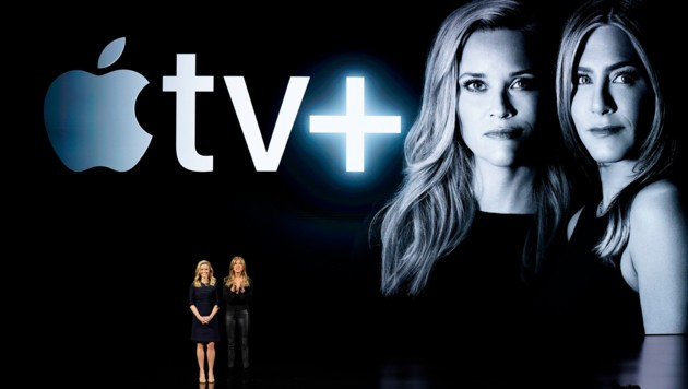 Reese Witherspoon (links) und Jennifer Aniston bei der Präsentation von Apple TV Plus (Bild: AP)
