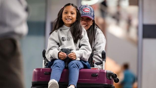 Vanessa Rodel und ihre Tochter am Flughafen von Toronto (Bild: AP)
