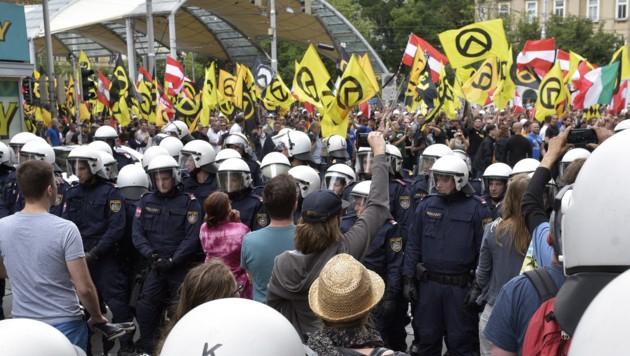 Polizeieinsatz bei einer Demonstration der Identitären (Bild: APA/Hans Punz)