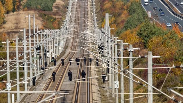 Oktober 2018: Deutsche Polizisten suchen nach dem Anschlag auf der ICE-Strecke zwischen Nürnberg und München die Schienen nach Spuren ab. (Bild: APA/dpa/Daniel Karmann)