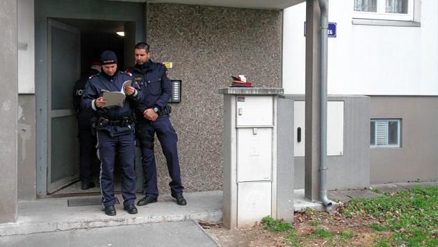 Polizisten vor dem Haus, in dem Qaeser A. gewohnt hat (Bild: Andi Schiel)