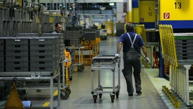 Mitarbeiter des GM-Powertrain-Werks in Wien-Aspern (Bild: APA/HANS KLAUS TECHT)