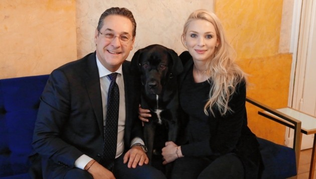 """Philippa Strache mit Ehemann Heinz-Christian und Hündin """"Linda"""" bei einem Fototermin im März 2019 (Bild: Jöchl Martin)"""