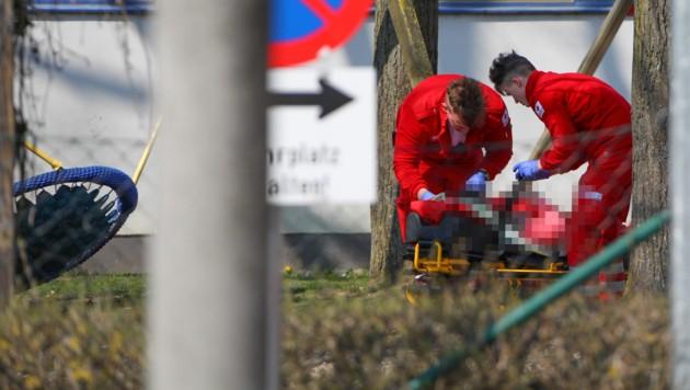 Die verletzten Kinder wurden von Rettungskräften betreut und ins Klinikum Wels gebracht (Bild: laumat.at/Matthias Lauber)